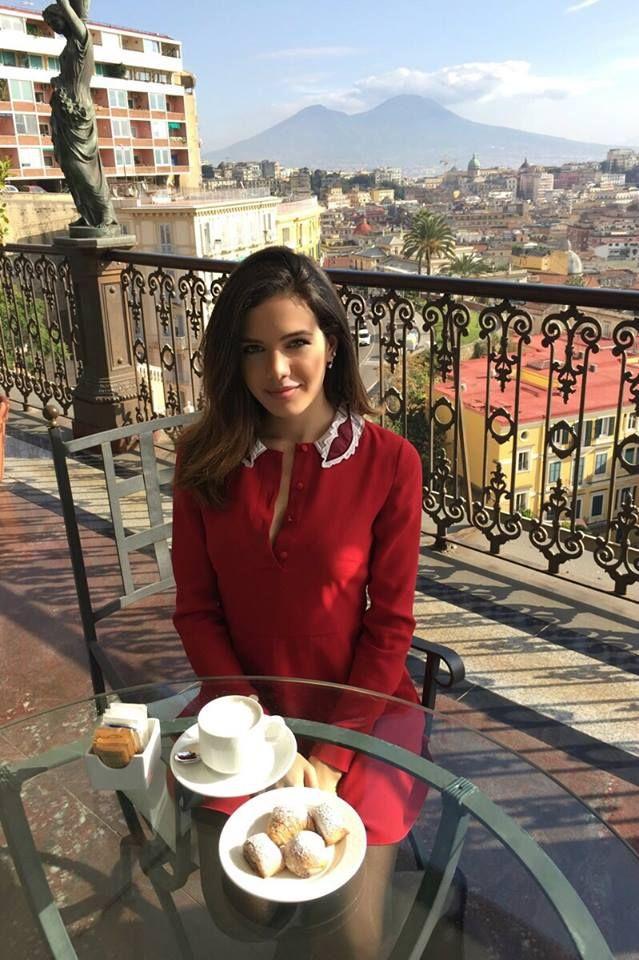Dalila Pasquariello, dopo il successo come protagonista femminile nella fiction Sottocopertura in onda su Raiuno, racconta i suoi prossimi progetti ad I'M magazine seduta al bar del nostro hotel.