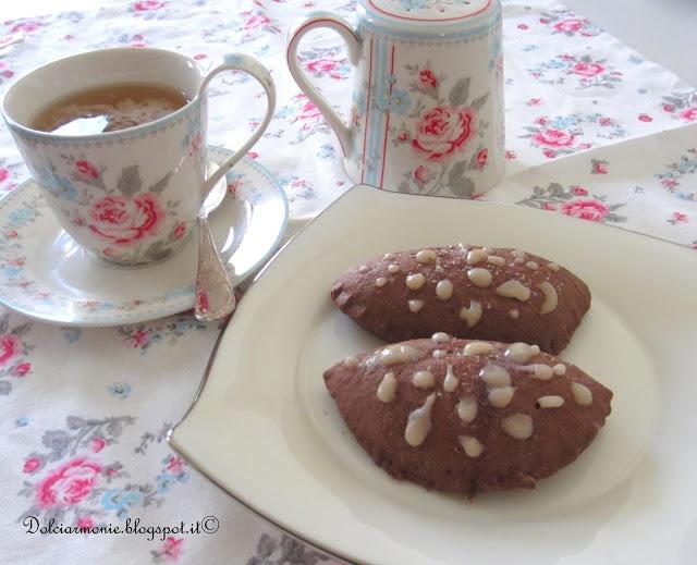 Panzerotti di frolla al cacao ripieni al cioccolato bianco e cranberry
