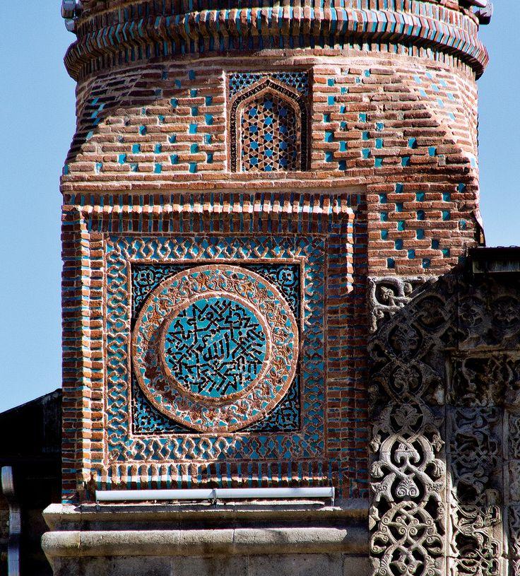 Erzurum Çifte Minareli Medrese çinileri. Bin yıl evvel üç boyutlu kavamından kim ne haberdardı ki!