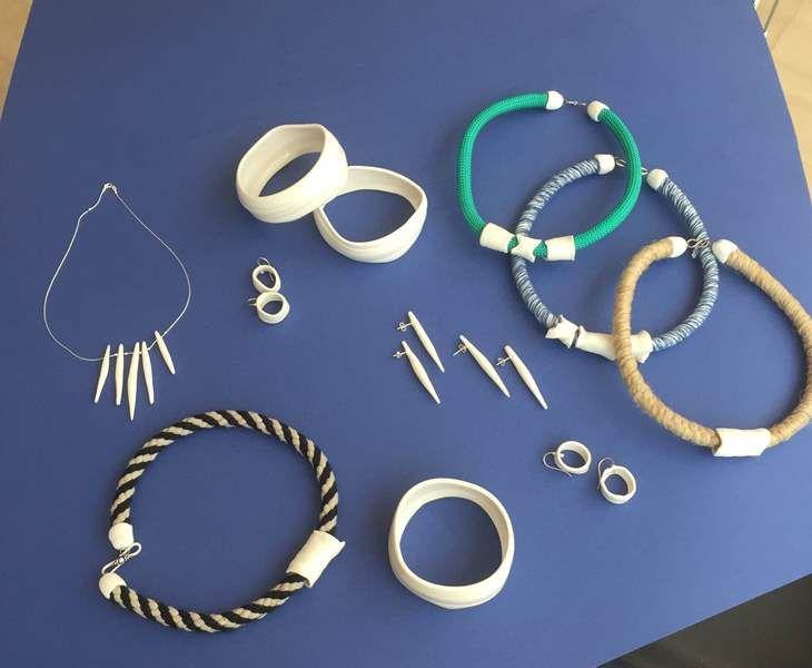 Κεραμικά κοσμήματα δεμένα με καλοκαιρινά νήματα από τη Τζούλη Τζάννη στο Μ Shop – Το Κατάστημα του Μεγάρου.