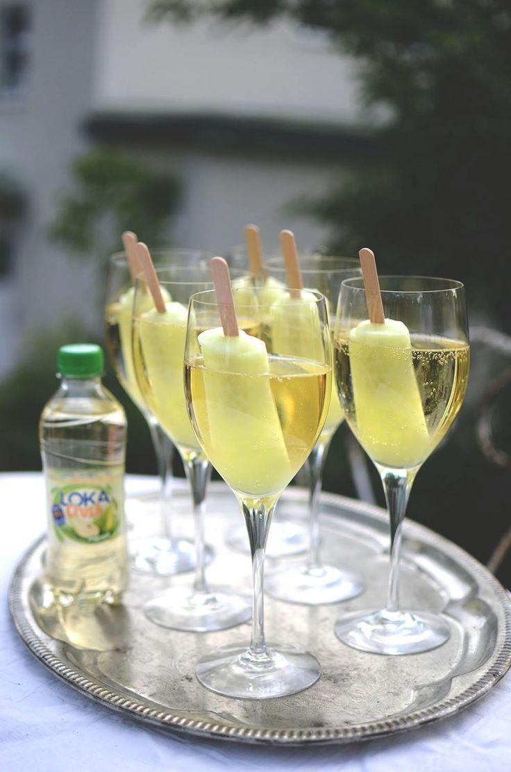 välkomstdrink med vitt vin loka päron piggelin glass