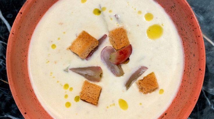 Soğuk Badem Çorbası  Malzemeler  100 gram beyaz ekmek 80 gram badem 2 diş sarımsak 60 ml zeytinyağı 30 ml elma sirkesi 175 ml sebze suyu 100 gram çekirdeksiz üzüm Kruton Zeytinyağı