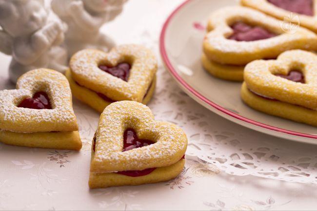 I biscotti di San Valentino sono dei romantici dolcetti a forma di cuore, che saranno vostri complici nell'affrontare in modo romantico la prima colazione del mattino assieme al vostro partner!