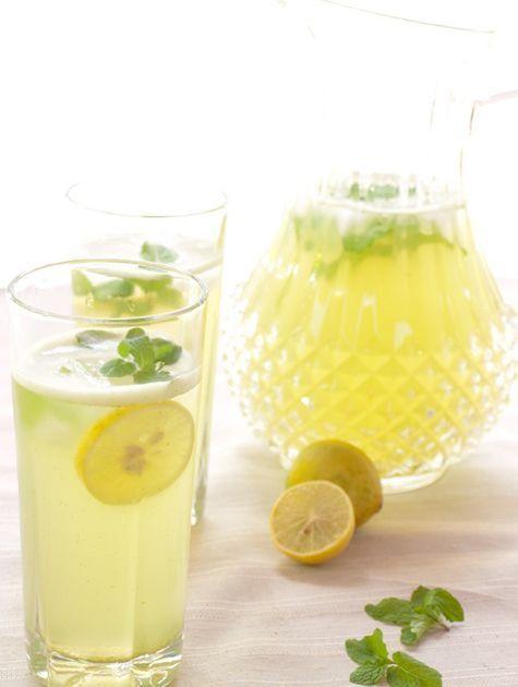 Citroen en munt Combineer citroen en munt voor de het ultieme ijswater met smaakje. Vind je het te zuur? Voeg dan wat citroen limonadesiroop toe.