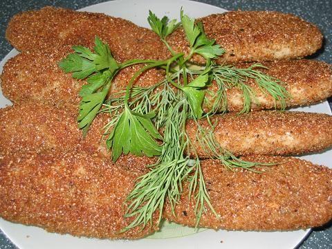 Рыбные палочки по домашнему 300-400 граммов филе хека (это вес в размороженном виде) небольшой ломтик белого хлеба молоко примерно 1/4 стакана 2 ст. ложки растопленного сливочного масла 1 яйцо немного зелени укропа приправа для рыбы соль,молотый перец по вкусу 1-2 ст. ложки манной крупы панировочные сухари(лучше готовую панировку для рыбы) Хлеб замочить в молоке.