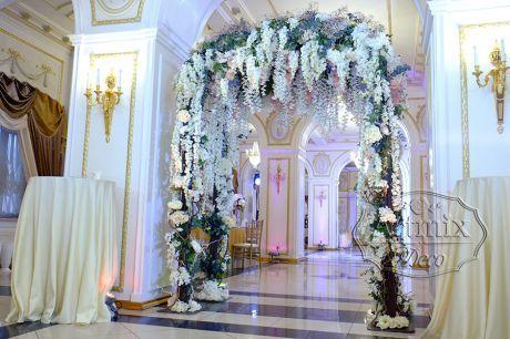 Арка из цветов в оформлении свадьбы
