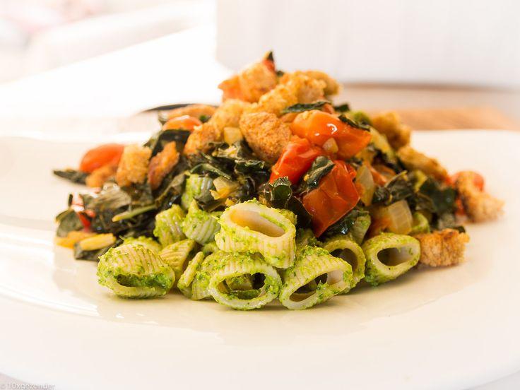 Met een pasta zet je bijna altijdsnel een lekker en gezondgerecht op tafel. Zo ook met deze pasta pesto met palmkool en tomaatjes. Het is een simpel vegetarisch recept met een kort boodschappenlijstje. Het enige wat misschien wat meer moeite kost, is om palmkool te vinden. In de biologische supermarkten kun je het waarschijnlijk wel …