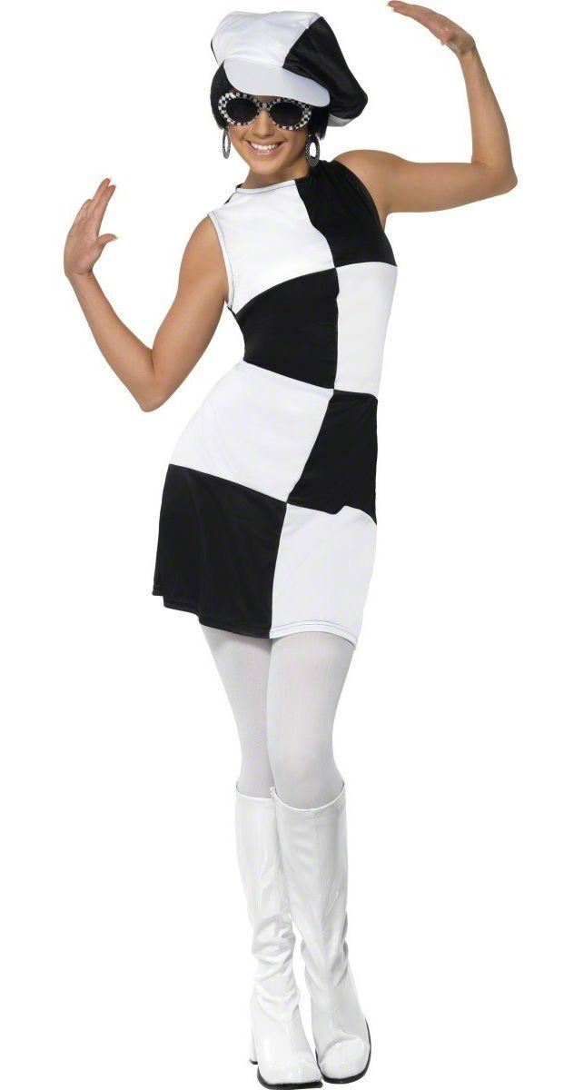 Déguisement disco femme blanc et noir : Ce déguisement de Disco pour femme se compose d'une robe courte et d'une casquette. C'est une robe légèrement cintrée damier, qui se ferme avec une fermeture...