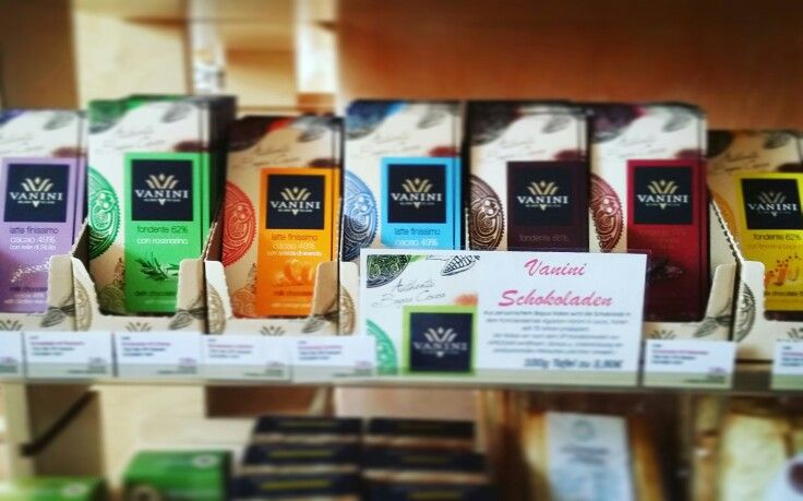 Unsere zartschmelzende Schokoladen Kollektion von Vanini ist gewachsen. 100g Tafel zu 3,90€. #vanini #schokolade #Lombardia #italien #VEGAN #GMO-frei #glutenfrei #Koscher #Halal  #rosmarin #orange #rosapfeffer #salz #fleurdesel #limone #kakaobohne #schokosucht . Kann Spuren von Schalenfrüchten enthalten. #barrique #weinhandel