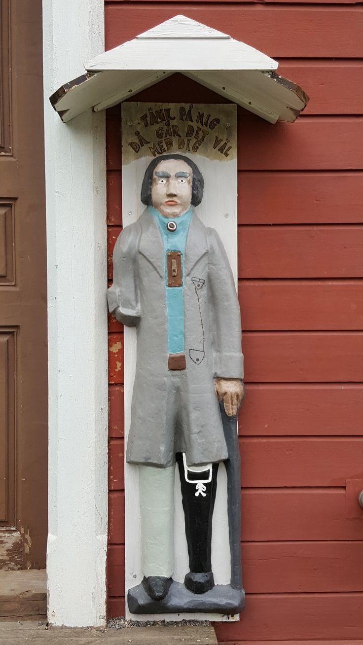 Ukko nro 124 Oulaisten kirkon tapulin seinällä 23.7.2017. Sementistä valmistettu vaivaisukko on löytynyt 1950-luvulla kerrostalon vintiltä minkä jälkeen se sijoitettiin tapulin seinustalle 1980-luvulla. Tekijästä ja alkuperäisestä sijaintipaikasta ei ole tietoa.