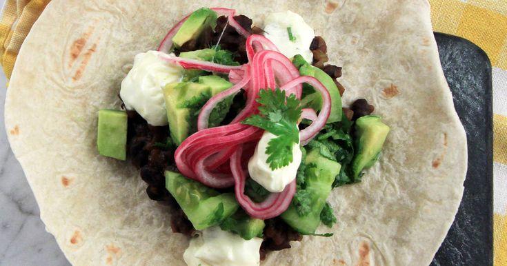 Mustig och god chili gjord på svarta bönor. Servera med grön salsa, tortillabröd och picklad rödlök. Så gott!