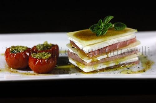 Millefoglie di tonno, giuncata e mela, con emulsione al balsamico, accompagnata da pomodorini confit con pesto di pistacchi
