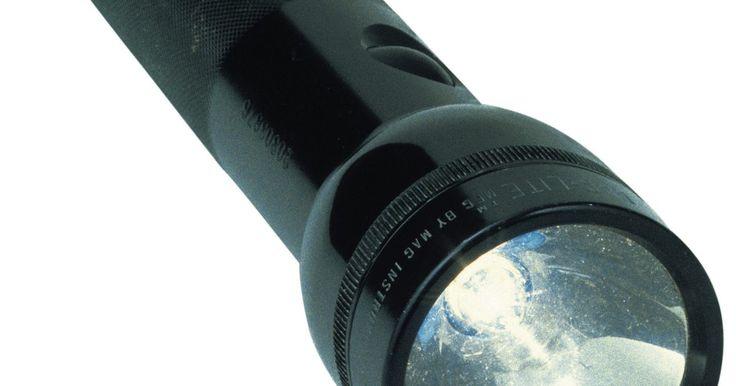 Como solucionar problemas com a lanterna Maglite. Para solucionar problemas em uma lanterna Maglite, você deve desmontá-la e inspecionar todas as suas partes. Corrosão e componentes quebrados podem ocorrer dentro da lanterna, sem que isso seja aparente externamente. Após desmontar o aparelho, será possível solucionar qualquer problema visualmente, sendo que na maioria das vezes, utilizando ...