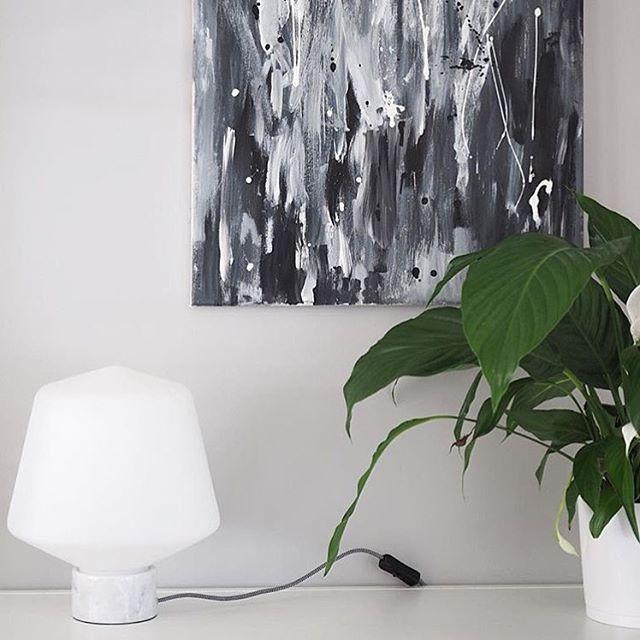 Glass Design table lamp Hehku designed by Matti Syrjälä  Photo by @sisustusunelmia  #sessak #sessaklighting #sessakdesign #hehku #tablelamp #sidelamp #lighting #interiordesign #design #interior #interiorinspiration #interiorinspo #interiordecor #finnishdesign #designfromfinland #sisustus #valaisin #pöytävalaisin