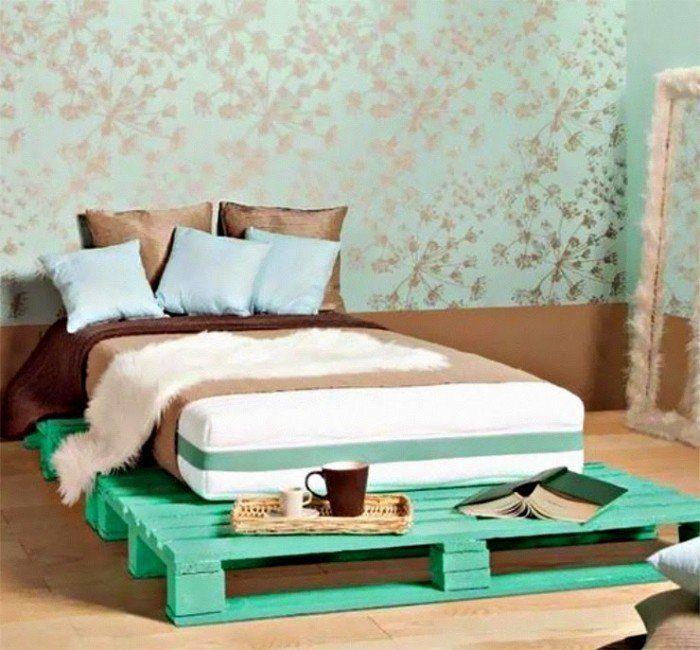 lit sur plate-forme en bois de palette Europe peint vert eau