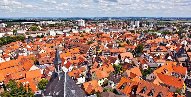 Oberursel (Hessen): Oberursel (Taunus) ist mit rund 44.500 Einwohnern die zweitgrößte Stadt im Hochtaunuskreis sowie die dreizehntgrößte in Hessen und grenzt direkt an Frankfurt am Main.  Oberursel ist wie die Nachbarstädte Königstein im Taunus, Kronberg im Taunus und Bad Homburg vor der Höhe für seine bevorzugten und verhältnismäßig teuren Wohnlagen bekannt. Zudem wies die Stadt Oberursel im Jahr 2013 einen weit überdurchschnittlichen Kaufkraftindex von 143 Prozent[2] des…