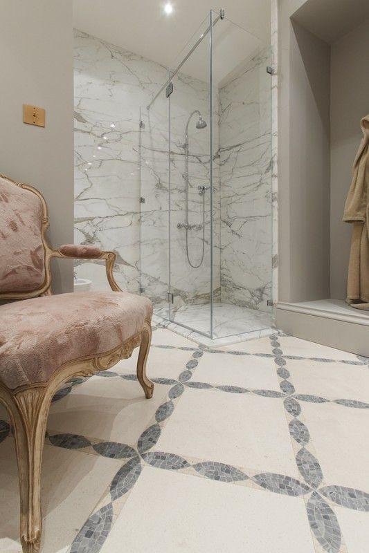 Ciekawe połączenie rysunku kamienia oraz wzoru podłogi. Interesting combination of the marble and the floor pattern.