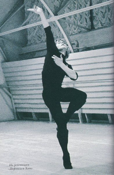 "1973 Mikhail Baryshnikov at rehearsals of his own ""special evening""(photo by N.Alovert). 1973 г. Репетиции творческого вечера М.Барышникова (фото Н.Аловерт)."
