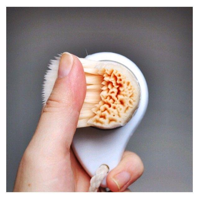 """""""Ça y est, la brosse #TOSOWOONG est arrivée chez @lanaika_store.  Cette brosse est une superbe solution pour un nettoyage en profondeur et en douceur des pores.  ♐️310 000 poils pour nettoyer les pores et éliminer le sébum (renforce l'efficacité du démaquillage à l'eau). ♐️ Finesse des poils de 0,045 mm, pour un nettoyage en profondeur et une douceur incomparable #peausensible. ♐️ Poils synthétiques anti-bactériens = hygiène et durabilité. Dites adieu aux points noirs !!"""