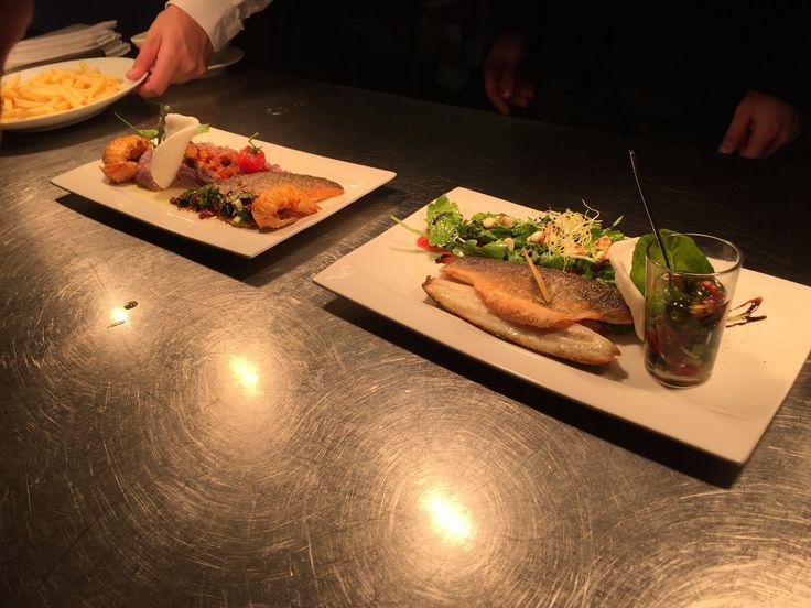 Filet de loup, cigale de mer mousseline de patate douce ( gauche ) / filet de dorade, vierge de d'huile d'olive et salade verte ( droite )