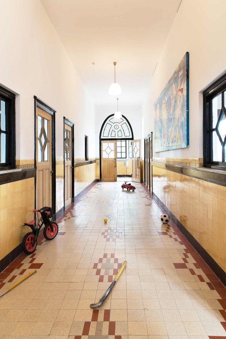 De muren, de raampartijen, het vloer-oppervlak… alles is XL in deze voormalige Sint Joseph dorpsschool. Benieuwd naar de make-over? Kijk hier.