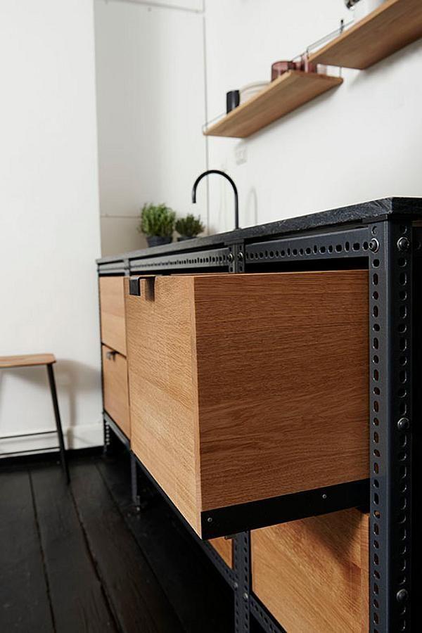 A simple but stylish kitchenette at the offices of magazine Soundvenue by Danish design studio ... mehr geniale Sachen findest du auf Interessante-Dinge.de