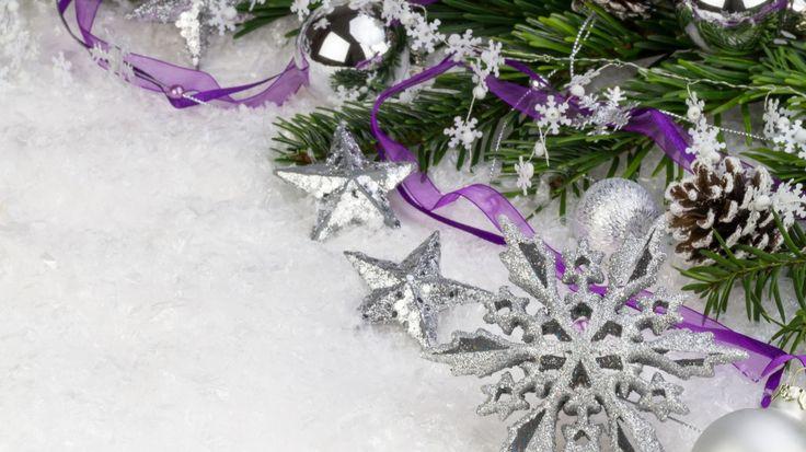Скачать обои Новый Год, снежинка, New Year, Christmas, фиолетовая, ленточка, серебро, звезды, декорации, ветка, ель, снег, елочные, шишки, шары, Рождество, раздел новый год в разрешении 1366x768