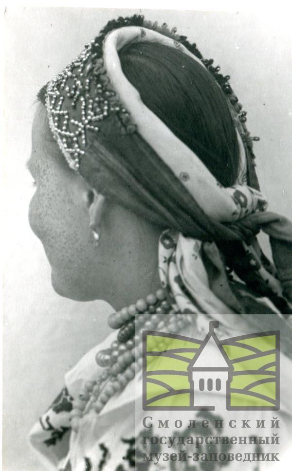 Погодин М.И.  Фото. Девица в блестене (головной убор), который одевают на девишник. Деревня Сенное Ельнинского уезда. 1912 г.
