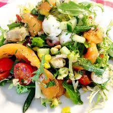 Zomer salade Mama (6 personen) SALADE: ijsbergsla, komkommer, kleine blokjes kaas, ham, rozijnen, krenten, ananas, mandarijn, mais, kiwi, lenteui,  pijnboompitten, walnoten, gekookte eitjes. DRESSING; 1/4 slagroom of zure zoom, 2 eetlepels mayonaise, peper & zout, 1 eetlepel thijm, 1 eetlepel kerriepoeder, scheutje olie, azijn& citroensap & flinke scheut sinaasappelsap.  Garneren met druiven, schijfjes sinaasappel & kiwi. Smakelijk!