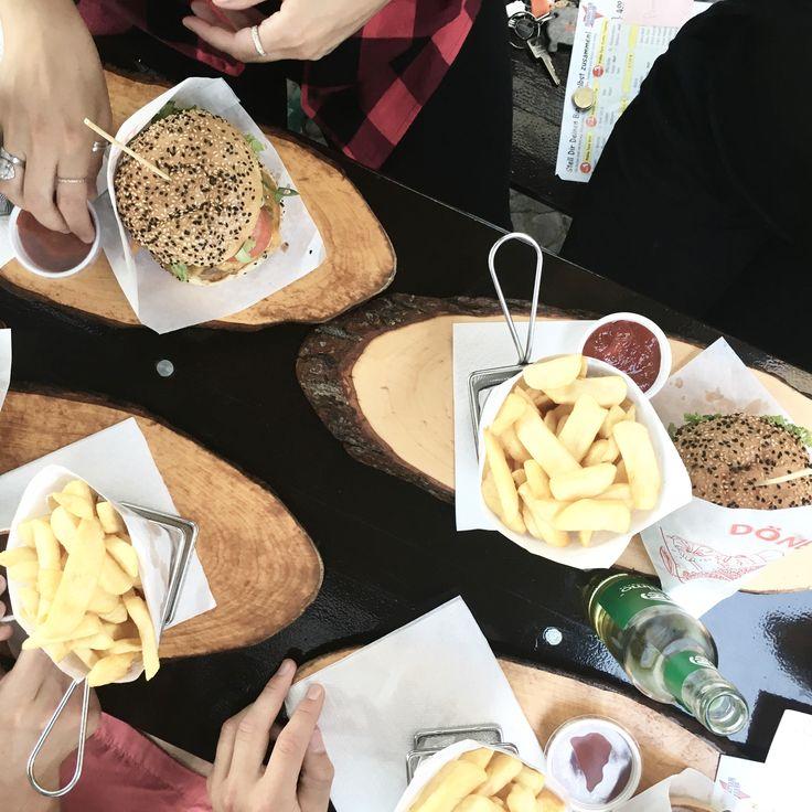 Hier kannst du deinen eigenen Burger erstellen oder aus den vorgegebenen Varianten wählen. Manhattan Burger ist ganz in der Nähe vom Charlottenburger Schloss, was ebenfalls einen Besuch wert ist.  Manhatten Burger, Schlossstraße, Berlin