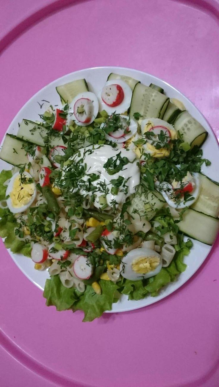 Салатик для мужчин -крабовые палочки фаршированные сыром и зеленью,макароны отварные заправленные оливковым маслом,отварное яйцо,отварная кукуруза,отварная стручковая фасоль,зелень укропа,петрушки и лука,листья салата.Заправить можно по вашему вкусу йогуртом,сметаной или майонезом.Соль и перец по-вкусу.