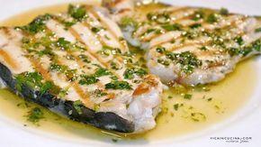 Il pesce spada viene arrostito e poi condito con salmoriglio, una salsa tradizionale siciliana per carni o pesci alla griglia,