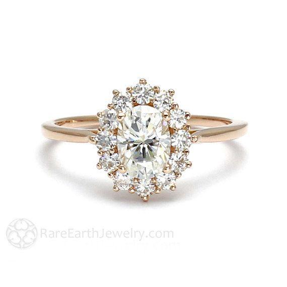 Este impresionante anillo de compromiso de corona moissanita: | 32 Anillos de compromiso asombrosos que no tienen nigún diamante