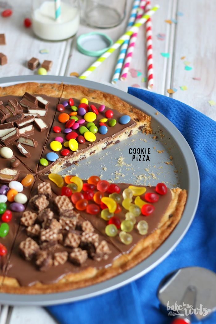 Cookie Pizza - riesen Cookie mit Schokoladen-Sahne-Glasur und Süßigkeiten wie Duplo, Hanuta, Snickers, Mars, KitKat, Smarties, Schokoriegel, Kinderriegel, M&Ms... - baketotheroots.de...
