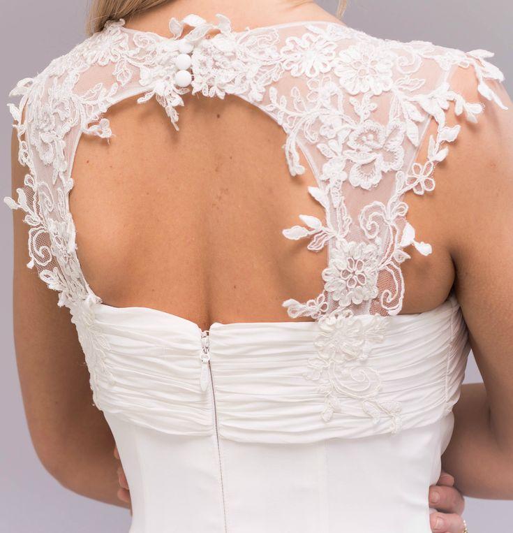 Classic Flower Ivory Wedding Dress by Pronuptia (French Design). ⚜️ Selling price: £205.00 ⚜️ Worldwide Shipping 🌍 #weddingfashion #weddingdress #bridaldress #bridalgown #weddingdresssale #ivoryweddingdress #classicweddingdress
