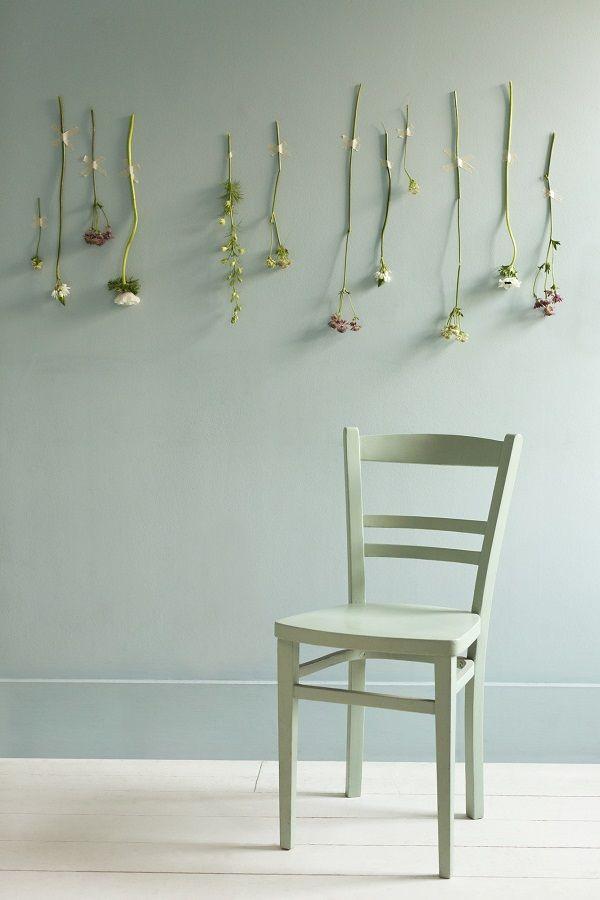 Verf kleur #SecretGarden van #Sikkens. #lichtgroen.#verfidee #DIY: Kies voor de muur en stoel dezelfde kleur. Gebruik #latex voor de muur en acryl of krijtverf voor de stoel. Laat deze kleur mengen bij Deco Home.