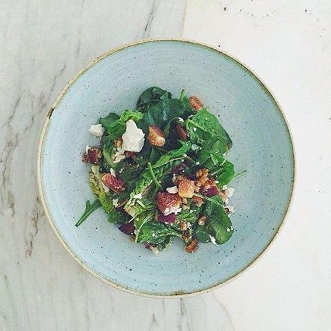 Tam haftası: İncir salata. Keçi peyniri, mevsim inciri, bebek marul ve roka balzamik sosuyla. Yazdan kalma bir gündem. #fig #salad