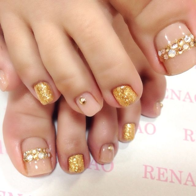 Nude-Gold-Rhinestone Toe nails nailbook.jp