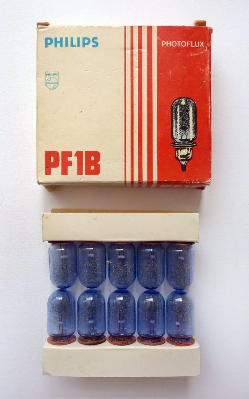 Flitslampjes voor fototoestel, blauw voor kleur en heldere lampjes voor zwart wit. Na één maal gebruikt kon hij in de vuilnisbak.