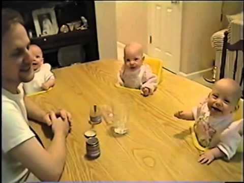 lindos bebes cuatrillizos se rien de los gestos de su padre - YouTube