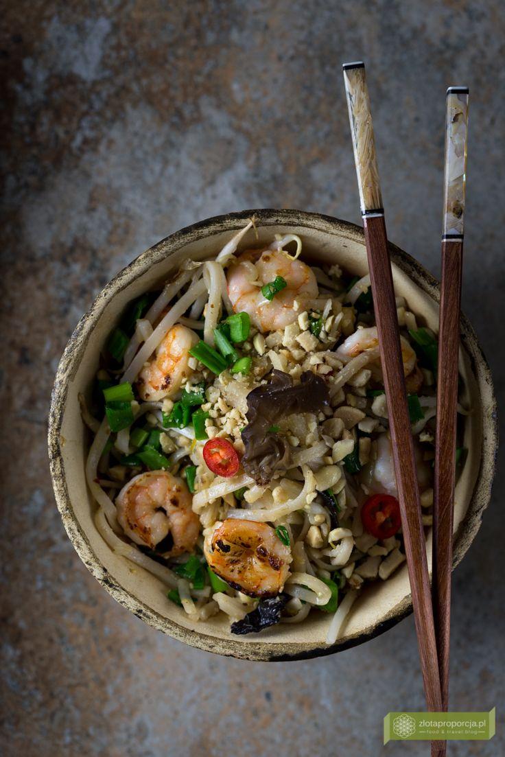 Makaron smażony po tajsku z krewetkami lub kurczakiem