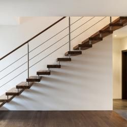 Moderne open trap met houten treden