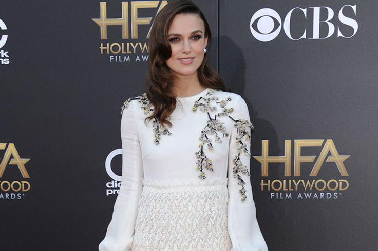 Keira Knightley también pasó a la historia con su clásico peinado ondas al agua que eligió para atravesar la alfombra de los Hollywood Film Awards.  /Glamour.es