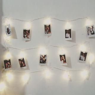 Faça um varal de fotos no cordão de luzinhas pisca-pisca! | 15 ideias de decoração de quartos da vida real para você se inspirar