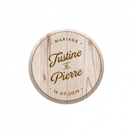 Cadeau d'invité original et personnalisé pour votre mariage. Optez pour des magnets effet bois avec prénoms et date, il reflètera votre mariage champêtre.