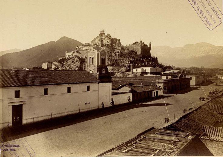 Irreconocible Alameda y Cerro Santa Lucía en 1874. En primer plano, el Monasterio de Santa Clara, edificio que funciona hasta 1913 y demolido para la edificación de la actual Biblioteca Nacional de Chile.