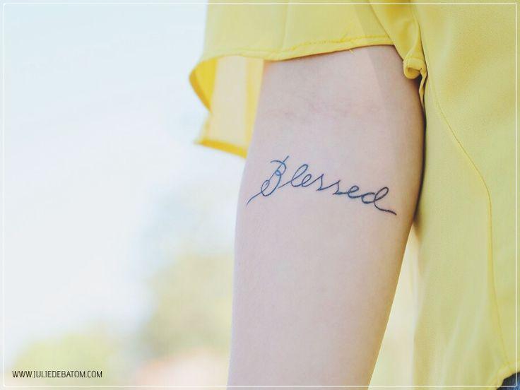 Tatuagem, tatuagem no antebraço, tatuagem feminina, tatuagem no braço, tattooo, tatuagem de frase, frase, blessed, fonte cursiva