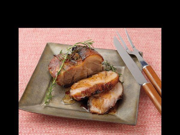 豚肉ブロック買い漬け込み方法4選 | R25     <材料> 豚バラ、もしくはロースブロック 1本  塩 肉の重量の2~3% はちみつ 約1/2カップ 黒こしょう 適量 ローズマリー2~3枝  <つくりかた> 1.豚バラ肉か豚肩ロース肉の重量の2~3%の塩を肉にすりこみ、はちみつ1/2カップほどとともに保存袋に入れて空気を抜き冷蔵庫へ。そのまま1~3日寝かせる 2.1~3日たったら、黒こしょうをかけ、ローズマリーをちぎってのせたら、200℃のオーブンで30~40分焼く 3.竹串を刺して、血で濁った肉汁が出てこなければOK。肉汁が濁っているようであれば、さらに過熱。このとき、すでに焦げ始めている場合は、上にアルミホイルをのせて直接、熱が当たらないようにすると焦げすぎない 4.焼き上がったら少しおき(10~20分ほど)、肉汁を落ち着かせてから切り分けるとよい