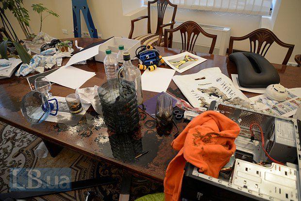 Остальные помещения – яркая иллюстрация к бунинским «Окаянным дням». В кабинетах, где заседал «ревком» – невероятный бардак, бумаги разбросаны по полу, все перевернуто вверх дном, кое-где – выпотрошено содержимое шкафов. На тумбах, то тут, то там, – затхлые остатки пищи в пластиковой посуде. Столы заляпаны чем-то липким и вонючим – тут мастерили коктейли Молотова.