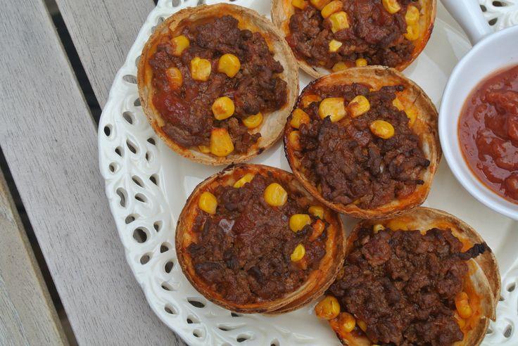 Weer een lekker Mexicaans recept: kleine tortillabakjes met een vulling van gehakt, tacokruiden, tomatensalsa en maïs. Het is echt een heerlijk recept en het ziet er ook nog eens heel feestelijk uit! Tijd: 15-20 min. + ongeveer 15 min. in de oven Recept voor 12 Mexicaanse hapjes Benodigdheden: 300 gram mager rundergehakt 150 gram salsa...Lees Meer »